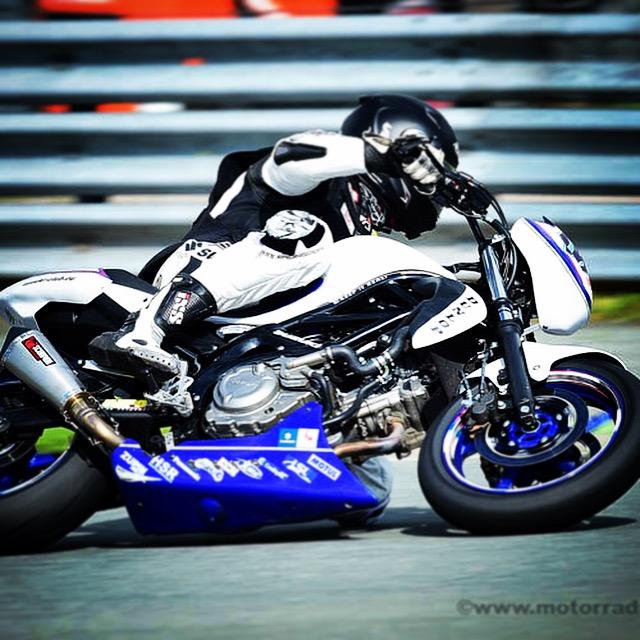 Bildnachweis: Friedrich Weisse -msd- Belegexemplar an: Friedrich Weisse Georg-Buechner-Str.: 8 D-68519 V i e r n h e i m Tel.: +49 6204 4486 Mobil: +49 163 7889077 email: info@motorradrennen.com Honorarpflichtig gem. MFM